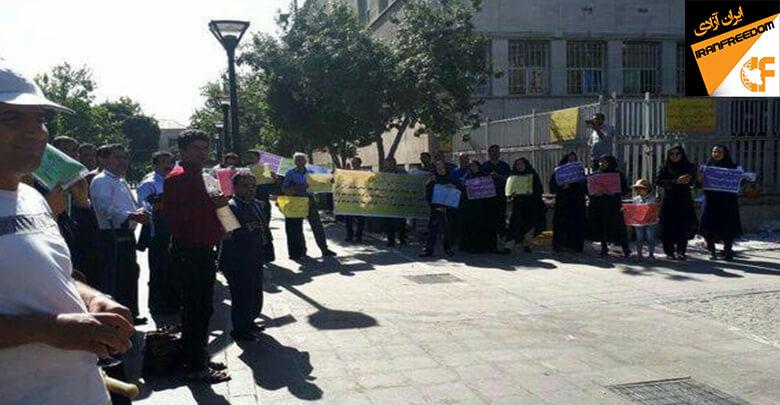 کارکنان سهام عدالت برای دومین روز در مقابل ساختمان وزارت اقتصاد و دارایی تجمع کردند
