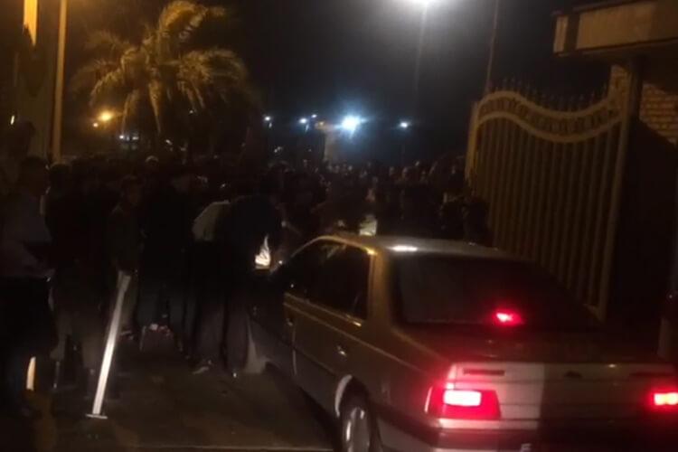 جوانان بیکار هویزه در مقابل فرمانداری این شهر دست به تجمع زدند