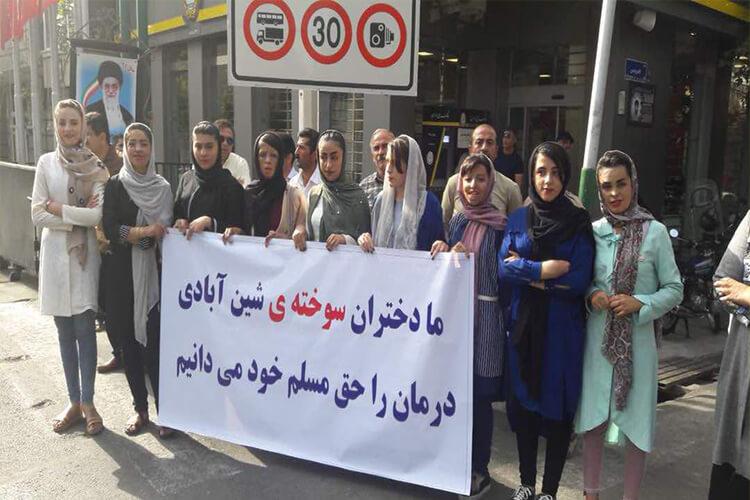 دختران مدرسه شینآباد در مقابل دفتر روحانی دست به تجمع زدند