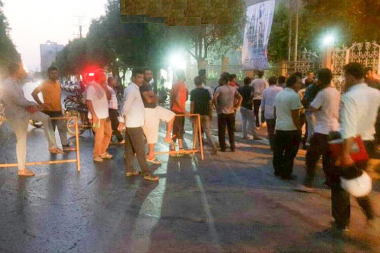 صیادان بوشهر در مقابل فرمانداری دست به تجمع اعتراضی زدند