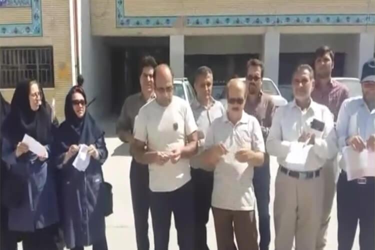 معلمان شیروان دراعتراض به عدم همسان سازی فیشهای حقوقی خود را آتش زدند