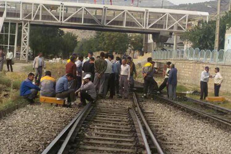 کارگران راهآهن دورود دست به اعتصاب و خط اصلی راه آهن را مسدود کردند