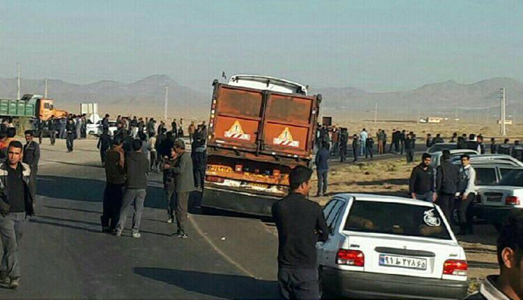 کارگران شرکت تاریر زرند در اعتراض به معوقات حقوقی جاده را مسدود کردند