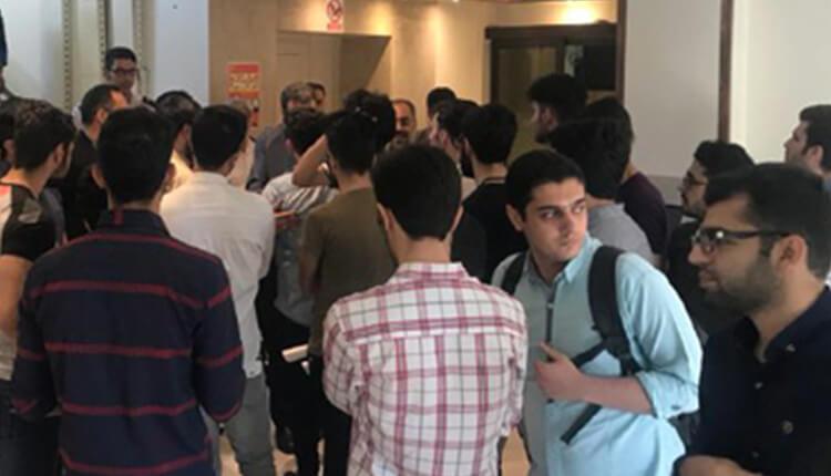 دانشجویان دانشگاه ملی (بهشتی) در اعتراض به تعطیلی خوابگاه دست به تجمع اعتراضی زدند