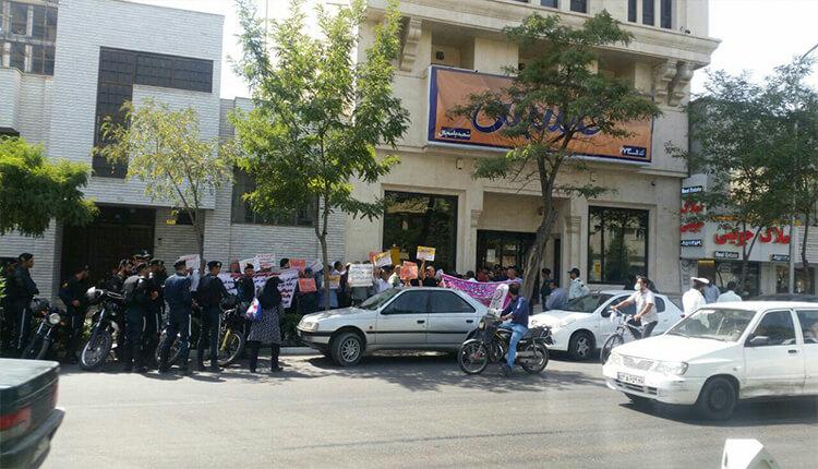مالباختگان کاسپین در مشهد در مقابل شعبه پامچال دست به تجمع اعتراضی زدند