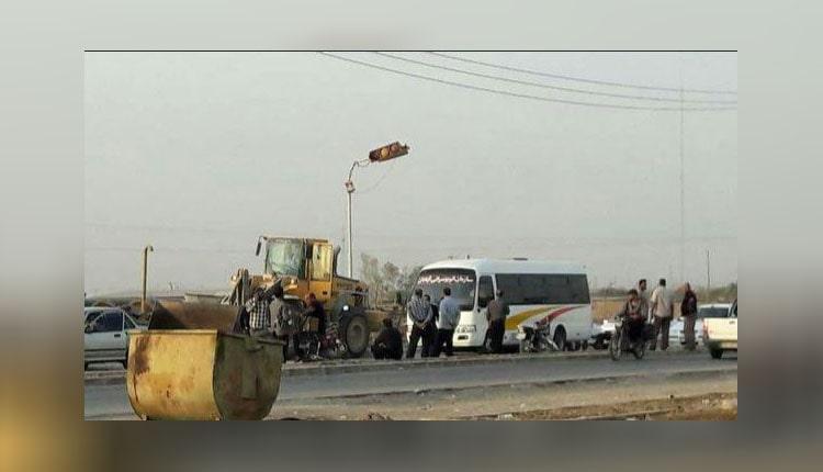 کارگران سازمان عمران شهرداری آبادان با خاکریز ورودی آن را بستند