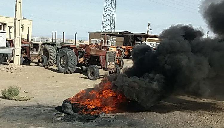 ادامه تجمع و تحصن کشاورزان شاتور و آتش زدن لاستیک