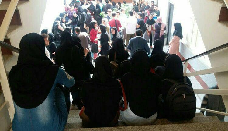 تجمع اعتراضی داوطلبان رشته های علوم پزشکی دانشگاه آزاد در وقابل مجلس و دانشگاه آزاد