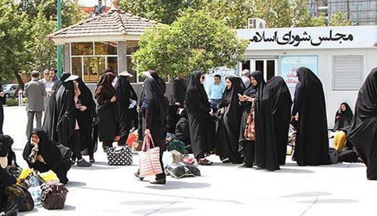 ادامه تجمع اعتراضی داوطلبان علوم پزشکی دانشگاه آزاد تهران در مقابل مجلس