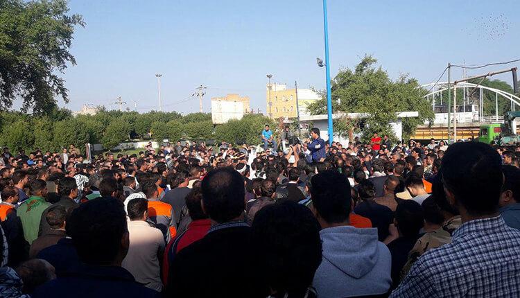 تجمع اعتراضی و تظاهرات کارگران نیشکر هفتتپه و خانوادههایشان در مقابل استانداری