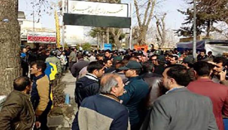 تجمع اعتراضی کارگران شهرداری بروجرد در مقابل شهرداری در اعتراض به ۸ ماه حقوق معوقه