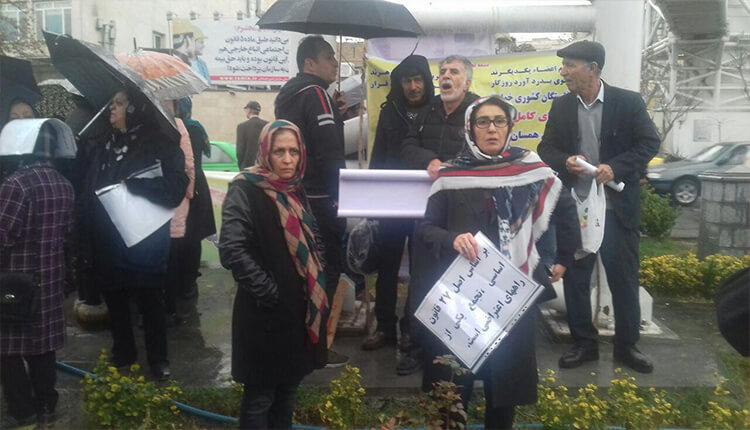 تجمع اعتراضی بازنشستگان اقشار مختلف کشور در مقابل مجلس در تهران