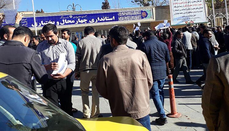 تجمع اعتراضی تاکسی داران شهرکرد در مقابل استانداری در اعتراض به پاسخ نگرفتن مطالباتشان