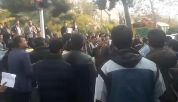 تجمع اعتراضی جوانان فارغ التحصیل در مقابل خانه دولت در اعتراض به بیکاری