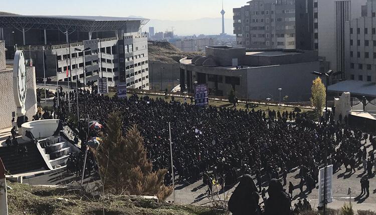 تجمع اعتراضی دانشجویان دانشگاه آزاد علوم تحقیقات در اعتراض به بی لیاقتی کارگزاران نظام