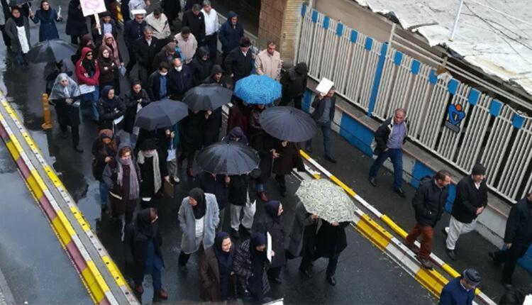 تجمع اعتراضی پرسنل بیمارستان خمینی در کرج در اعتراض به بلاتکلیفی و معوقات یکساله
