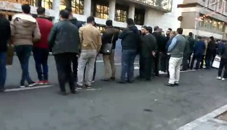 تجمع اعتراضی پیمانکاران شهرداری تهران در مقابل شورای شهر تهران