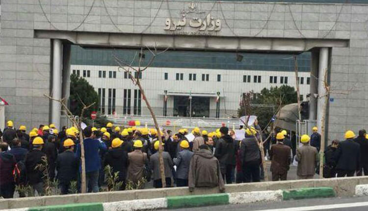تجمع اعتراضی کارمندان حوزه ستادی وزارت نیرو در تهران