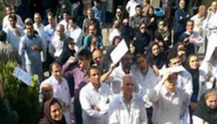 تجمع اعتراضی کارکنان بیمارستان خمینی کرج در اعتراض به بلاتکلیفی و معوقات حقوقی یکساله