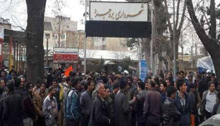 تجمع اعتراضی کارگران شهرداری مقابل فرمانداری بروجرد در اعتراض به عدم پرداخت ۹ ماه حقوق