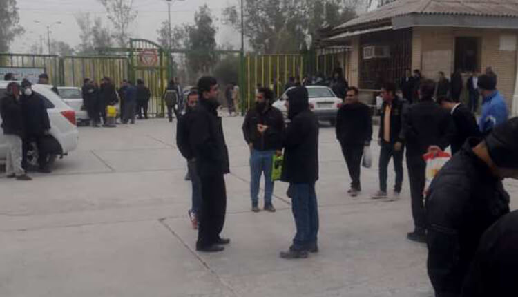تجمع اعتراضی کارگران کارخانه سیمان مسجد سلیمان در مقابل کارخانه