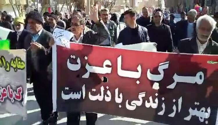 تجمع اعتراضی کشاروزان شرق اصفهان در ورزنه به همراه خانوادههایشان