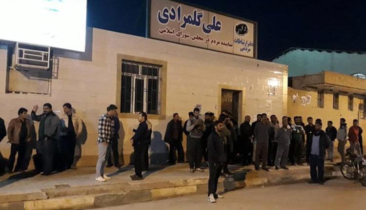 تجمع کارگران سایت های ضد عفونی تانکرهای نفتی مقابل دفتر نماینده مجلس در بندر خمینی