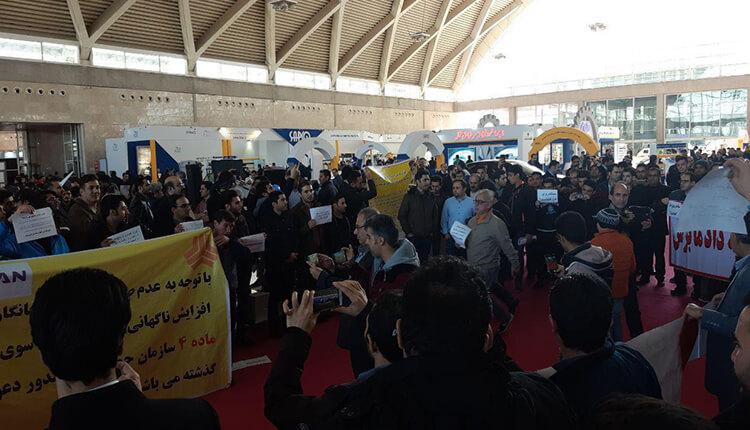 تجمع اعتراضی حواله داران و ثبت نام کنندگان سایپا در نمایشگاه بین المللی خودروی تهران