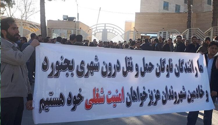 تجمع اعتراضی رانندگان ناوگان حمل و نقل درون شهری بجنورد در مقابل استانداری خراسان شمالی