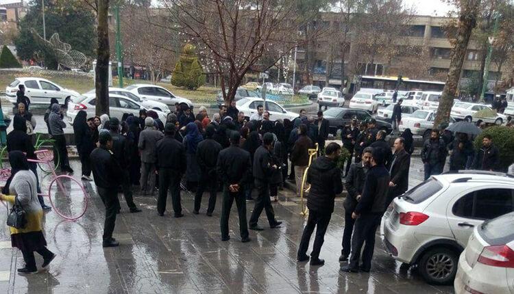 تجمع اعتراضی معلمان و فرهنگیان اصفهان در میدان انقلاب اصفهان در اعتراض به پایین بودن حقوق