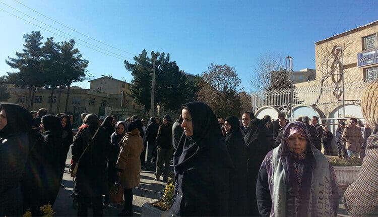 تجمع اعتراضی معلمان و فرهنگیان در کرمانشاه در اعتراض به پرداخت نکردن دو ماه حقوق
