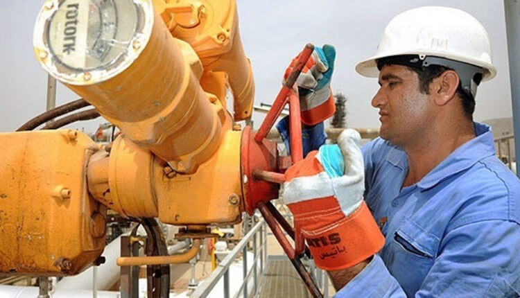 تجمع اعتراضی نیروهای پیمانکاری سازمان منطقه ویژه اقتصادی بوشهر مقابل اداره اشتغال این سازمان