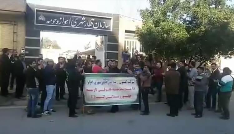 تجمع اعتراضی کارگران قطار شهری اهواز در مقابل سازمان قطار شهری اهواز