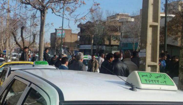 تجمع و اعتصاب تاکسیداران بوکان در مقابل اداره تاکسیرانی بوکان