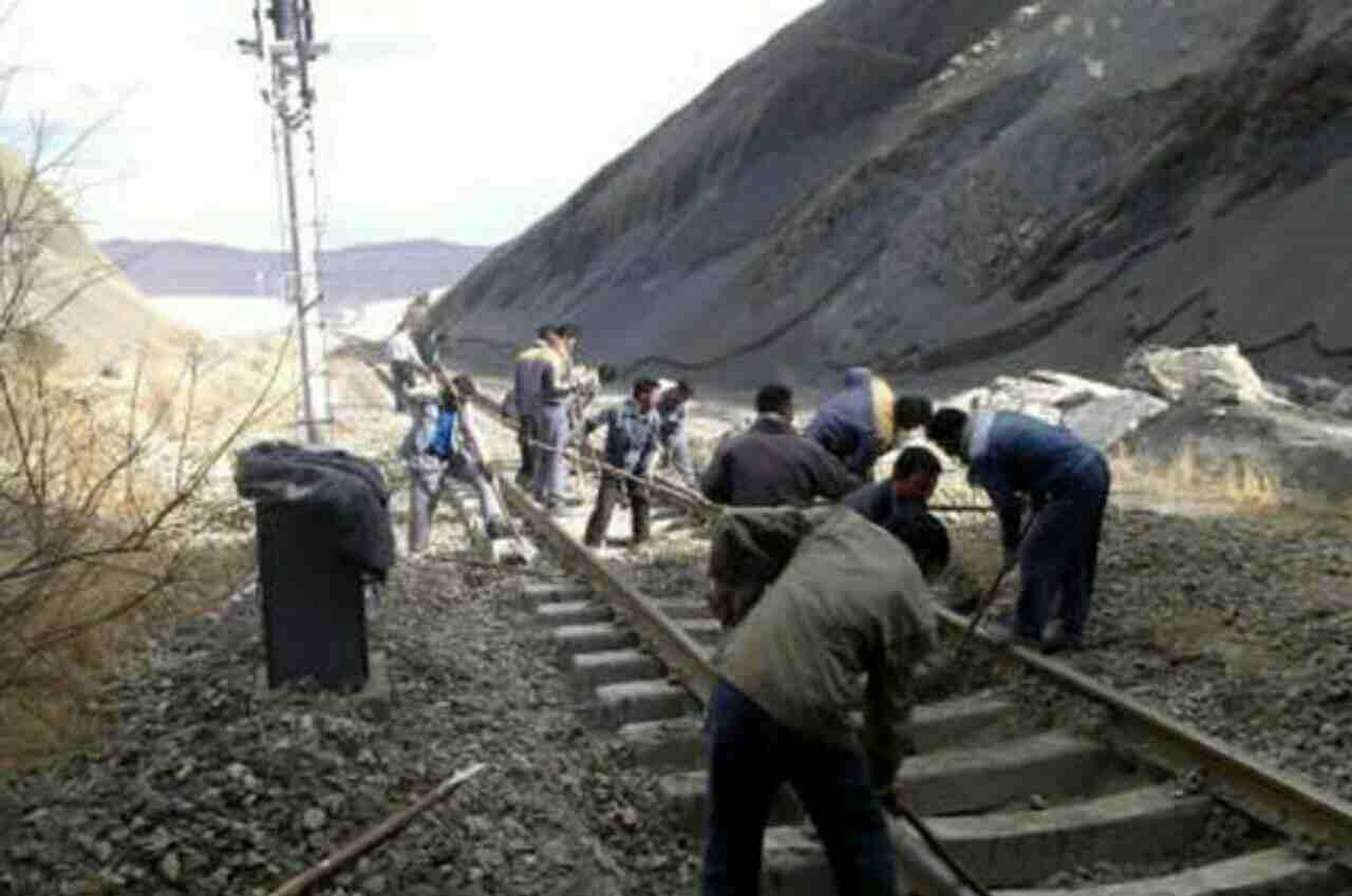 اعتراض کارگران خطوط ابنیه فنی راهآهن بندرعباس به حداقل دستمزد دریافتی