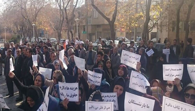تجمع اعتراضی بازنشستگان در مقابل استانداری اصفهان