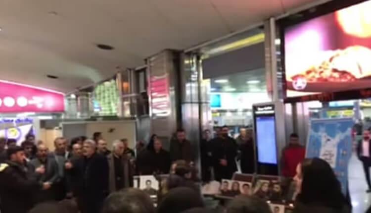 تجمع اعتراضی خانوادههای جانباختگان هواپیمای تهران یاسوج در فرودگاه مهرآباد
