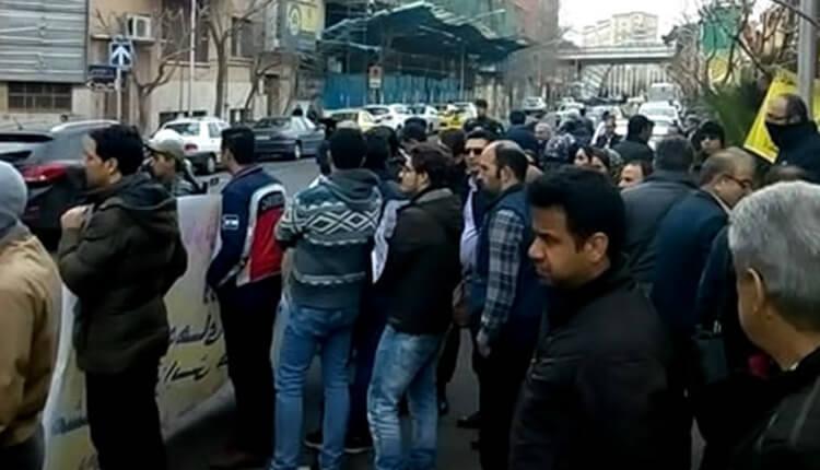 تجمع اعتراضی خریداران خودرو مقابل وزارت صنعت در اعتراض به غارت داراییشان