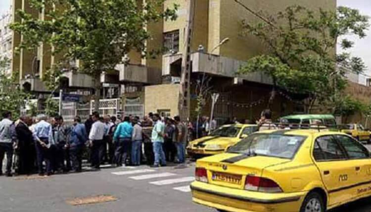 تجمع اعتراضی رانندگان تاکسی بیسیمی تهران در مقابل سازمان تاکسیرانی