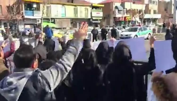 تجمع اعتراضی شرکت کنندگان آزمون وکالت در مقابل مجلس