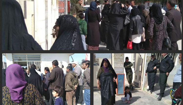 تجمع اعتراضی مردم زلزله زده در مقابل فرمانداری سرپل ذهاب