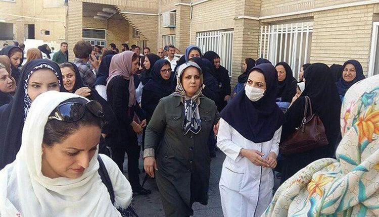 تجمع اعتراضی کارکنان بیمارستان خمینی کرج