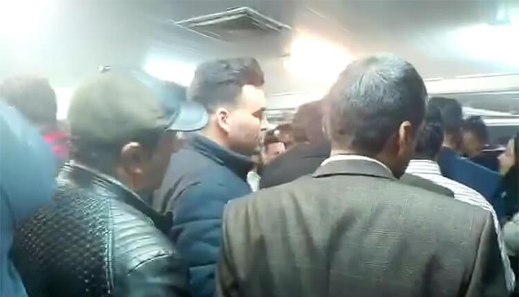 تجمع اعتراضی غرفهداران نمایشگاه بینالمللی مشهد در اعتراض به عدم تحویل غرفههایشان