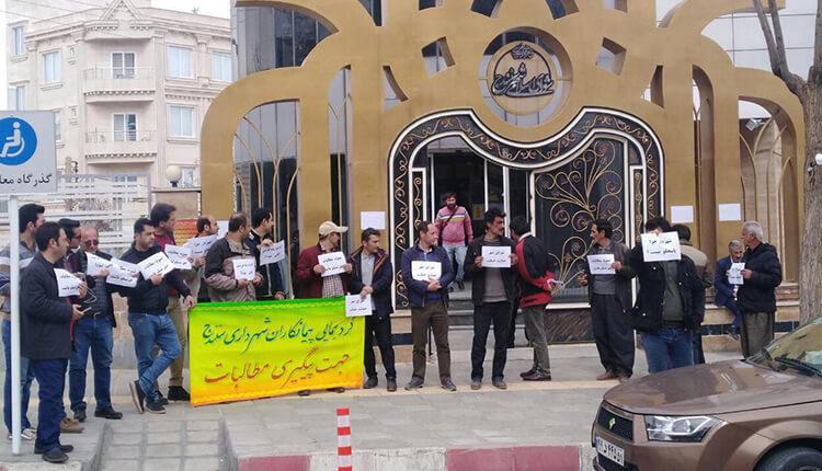 تجمع اعتراضی پیمانکاران شهرداری سنندج در اعتراض به عدم پرداخت مطالباتشان
