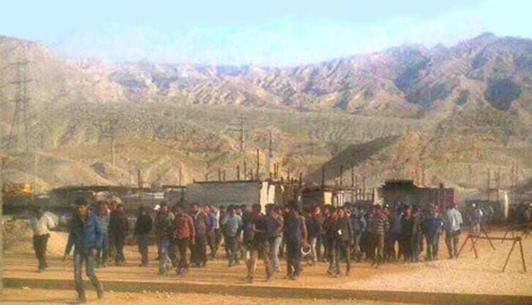تجمع اعتراضی کارگران فازهای ۲۲ تا ۲۴ عسلویه در اعتراض به بیکاریشان
