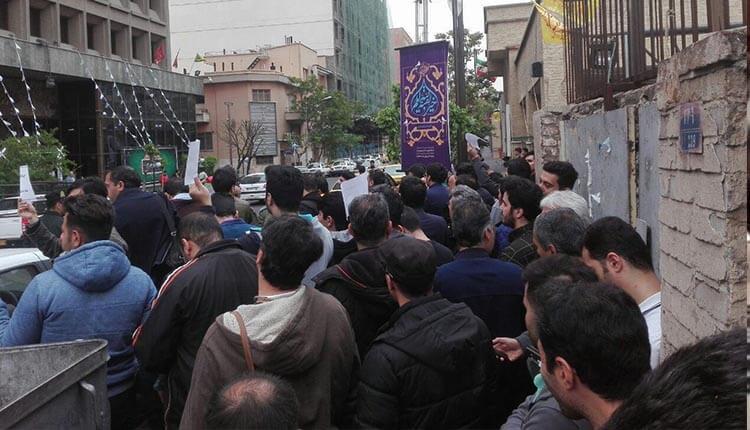 تجمع اعتراضی تعدادی ازحواله داران خودرو در تهران در مقابل وزارت صنعت