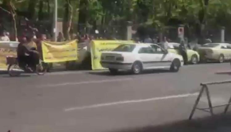 تجمع اعتراضی رانندگان تاکسی فرودگاه خمینی و پیمانکاران شهرداری