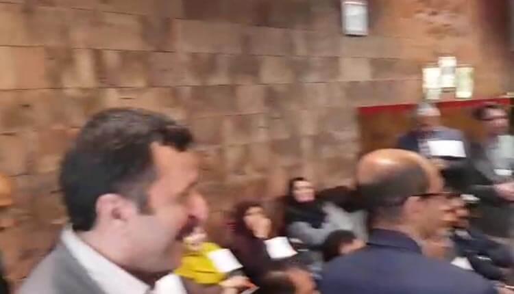 تجمع اعتراضی فرهنگیان در محوطه داخلی آموزش و پرورش در یزد