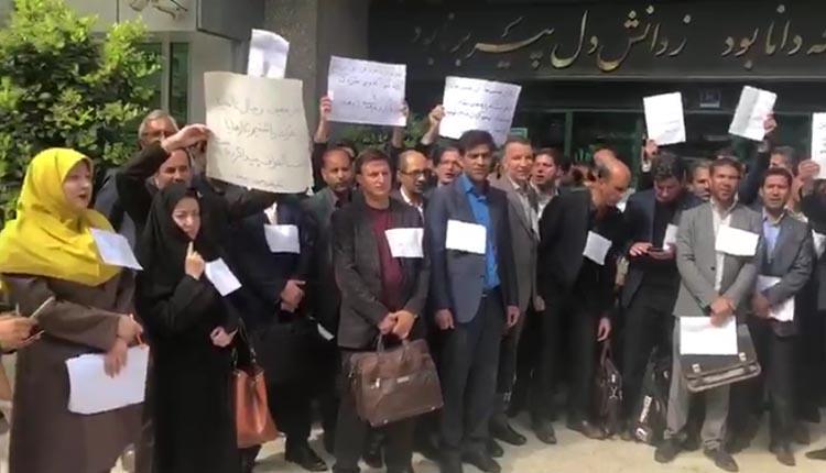 تجمع اعتراضی معلمان زن و مرد از سراسر کشور روبروی ساختمان وزارت آموزش و پرورش تهران