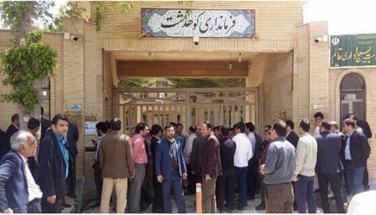 تجمع اعتراضی پرسنل شهرداری و اعضای شورای شهرکوهدشت در اعتراض به کتک خوردن یکی از همکارانشان